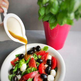 Sałatka z roszponki z mozarellą, pomidorem i oliwkami